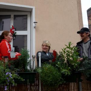 Seurue tupakoi Jean Sibeliuksen kotitalon parvekkeella Berliinissä