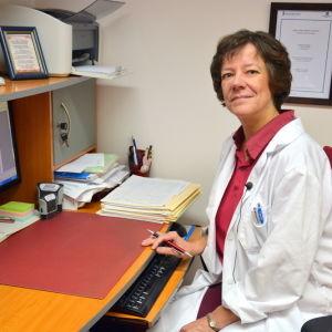 Lääkäri Leena Furubacka työhuoneessaan.