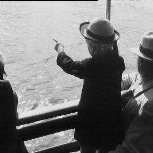 Tyttö ja mies laivassa