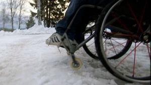 Pyörätuoli lumipenkassa