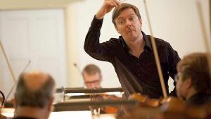 Kapellimestari Sasha Mäkilä johtaa Mikkelin kaupunginorkesteria.