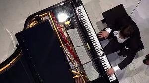 Pianotaiteilija Paavali Jumppanen Musiikkitalon kanoopin kamerasta kuvattuna. RSO 20.11.2015.