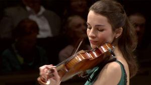 Viulisti Alina Pogostkina Radion sinfoniaorkesterin konsertissa 11.1.2016 Helsingin Musiikkitalossa.