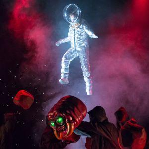 Tamino ( Sam Furness) blir jagad av en rymdorm i avlägsen galax.