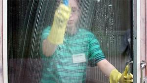 Tjej som tvätta fönster.