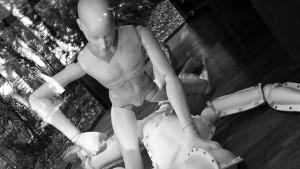 En docka som slår en annan docka.