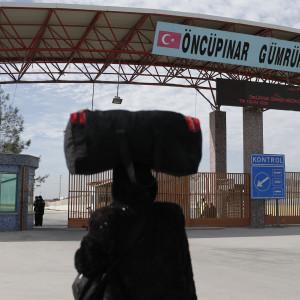 En syrisk flykting vänat utanför den turkiska gränsövergången Oncupinar. Över 40 000 syriska civila har den här veckan flytt till turkiska gränsövergångar som just nu är stängda för flyktingarna