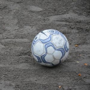 Fotboll på sandplan.