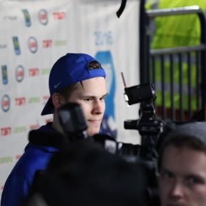 Jesse Puljujärvi ger intervjuer.