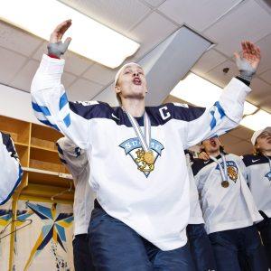 Kaptenen Mikko Rantanen firar Finlands guld i junior-VM.