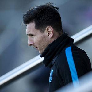 Lionel Messi blickar åt vänster.
