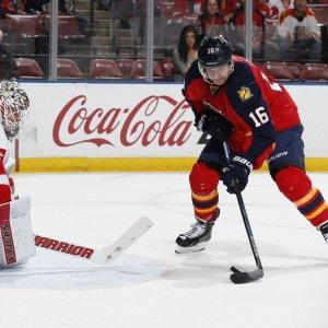 Aleksander Barkov framför mål.