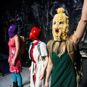 Scenbild ur föreställningen Pussy Riot.