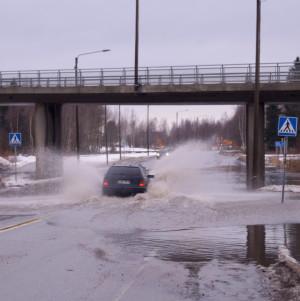 Översvämning i viadukten i Bennäs.