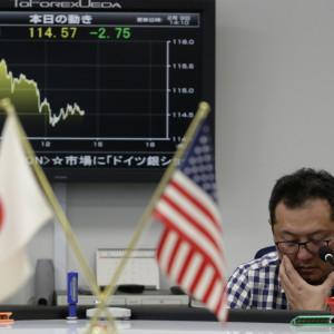 Japansk valutatrader den 9 februari då dollarn sjönk i förhållande till yenen och Tokyobörsen kraschade 5,4 procent.