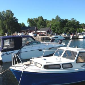 Båtar står förtöjda i Hangöby hamn.