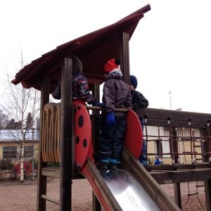 Barn i klätterställning.