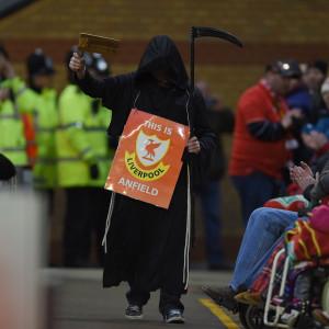 En person utklädd till en lieman under Liverpools match.