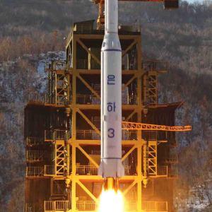 Nordkorea skjöt upp en satellit med en långdistansraket i december år 2012. USA med sina allierade anklagade då Nordkorea för att ha brutit mot FN:s förbud mot ballistiska missiler