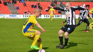 Thomas Kula försöker förhindra Matti Klinga att passera.