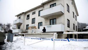 En anställd på ett boende för ensamkommande flyktingbarn i Mölndal blev knivhuggen till döds av en av de boende i slutet av januari 2016.