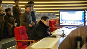 Nordkoreas ledare Kim Jong Un följer med hur satelliten Kwangmyongsong-4 skjuts upp i rymden. Kim har understrukit Nordkoreas vetenskapliga och militärteknologiska framgångar inför partikongressen i maj