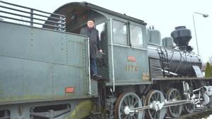 Bo Holmberg vid det gamla loket på Karis tågstation.