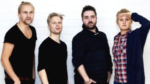 Oskar Pöysti lär Janne, Ted och Fredrika hur man ser sexig ut på bild.