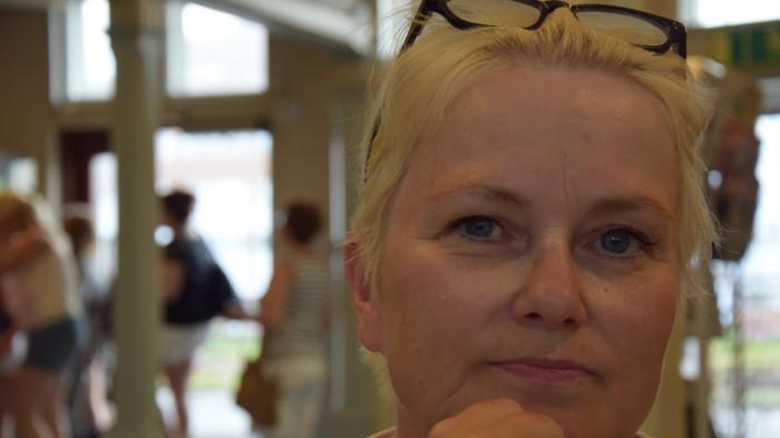 Frisör Paula Nevala litar på att stamkunderna förblir hennes salonger trogna. Frisör Paula Nevala, Salong Sara Bild: YLE/Isabella Mattsson - 14-svyle-18509153d61ef67bc1c