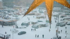 Många Åbobor rör sig i snöstormen på åbo salutorg.