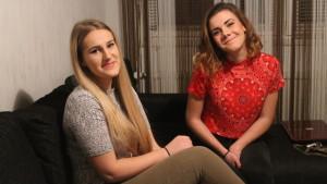 Merjema Dizdarevic och Melisa Elkaz sitter i soffan
