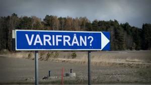 """Vägskylt där det står """"Varifrån?"""""""