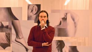 Björn Suomivuori poserar i X3M-tv:s studio och funderar hur han skulle posera på pärmen till Rolling Stone.