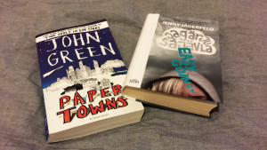 Bild på böckerna Paper Towns och Jag är ju så jävla easy going.