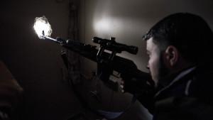 Krigare i Fria syriska armén spanar i stadsdelen Issa i Aleppo.