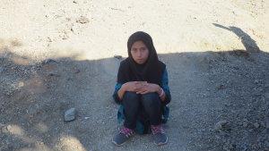 Flyktingflicka väntar på att bli registrerad i Moria på Lesbos