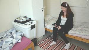 Johanna Skrifvars sitter på sängen i sitt rum på internatet i Gamla Vasa.
