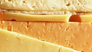 Ett kilogram ost ger upphov till lika mycket utsläpp som en bilresa på 60 km. Bild: Yle/BananaStock Ltd