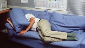 Narkolepsi gör att man drabbas av en oemotståndlig trötthet när som helst under dagens lopp. Bild: Yle/Pekka Sipilä