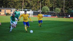 FC HIK:s Kristian Fast och EIF/Akademis Jimmy Pulkkinen fajtas om bollen