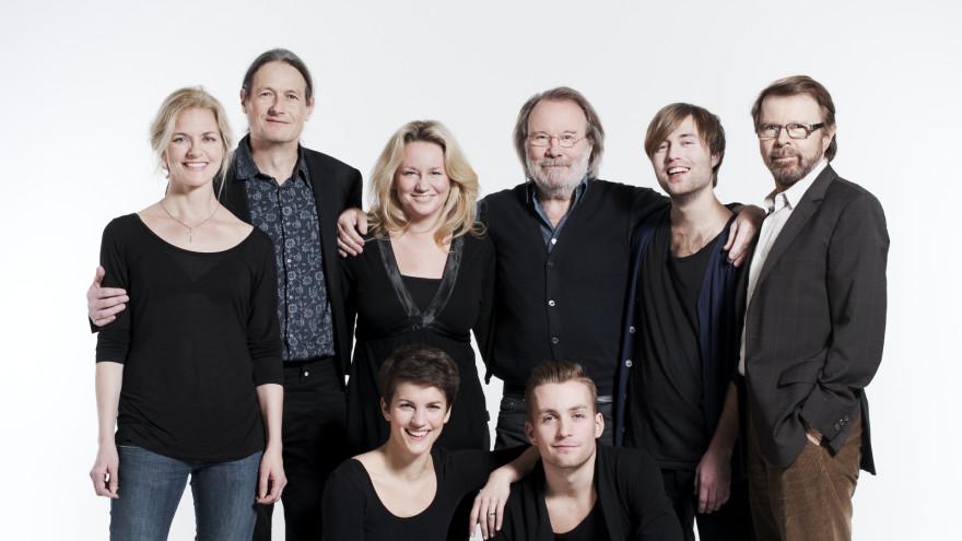 Andersson och Ulvaeus tillsammans med huvudrollsinnehavarna i Kristina från Duvemåla.