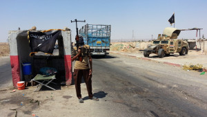 Jihadistkrigare vid vägspärr utanför staden Baiji i norra Irak i juni 2014