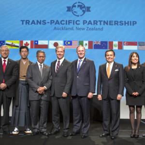 Delegater poserar efter att TPP-avtalet undertecknats.