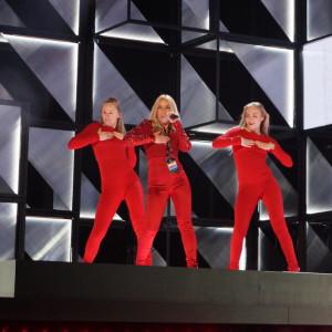 Krista Siegfrids framför låten Faller i Melodifestivalen