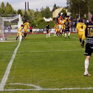 Wayne Brown ger en hörna i matchen SJK-VPS 220615 i Seinäjoki