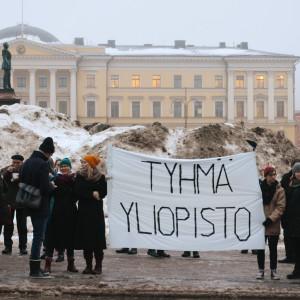 Banderoll med texten Tyhmä yliopisto