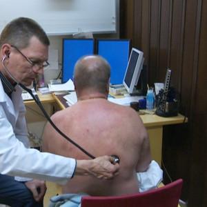 Läkare använder stetoskop