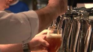 En man tappar öl ur ölkran.
