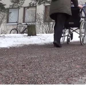 Rullstol på väg tills hjälpmedelskliniken vid Dals sjukhus