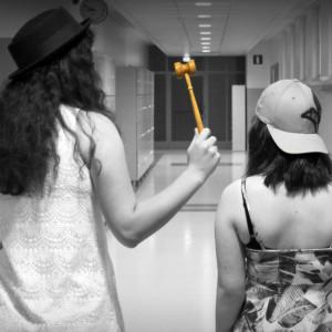Två flickor med huvudbonader på i skolan.